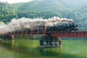 球磨川第一橋梁をわたるSL人吉の写真素材 [FYI03224143]