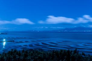 月明かりのおこしき海岸の干潟の写真素材 [FYI03224157]