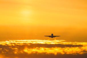 夕焼けと飛行機の写真素材 [FYI03224181]