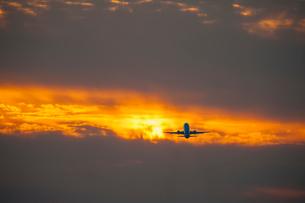夕焼けと飛行機の写真素材 [FYI03224188]