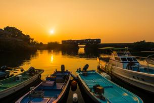 JR九州大村線夕日と漁港の写真素材 [FYI03224201]