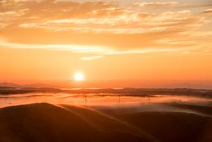 阿蘇大観峰より望む日の出と雲海の写真素材 [FYI03224207]