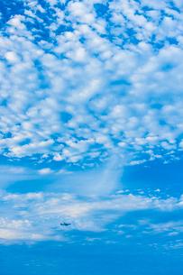 うろこ雲と飛行機の写真素材 [FYI03224209]