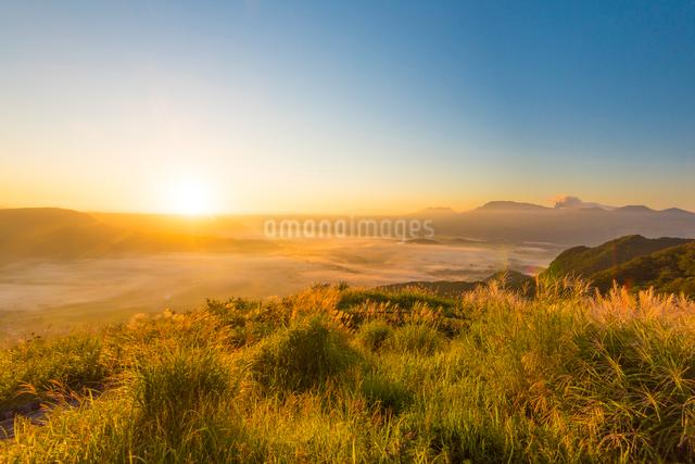 阿蘇かぶと岩展望所より望む雲海の写真素材 [FYI03224220]
