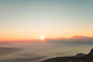 かぶと岩展望所より望む阿蘇の初日の出と雲海1の写真素材 [FYI03224224]