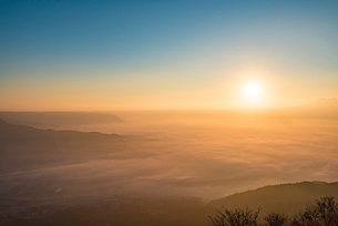 かぶと岩展望所より望む阿蘇の初日の出と雲海3の写真素材 [FYI03224233]