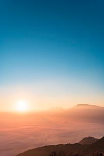 かぶと岩展望所より望む阿蘇の初日の出と雲海2の写真素材 [FYI03224236]