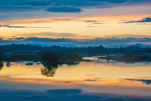 夕焼けの山国川の写真素材 [FYI03224237]