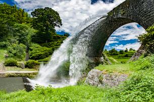通潤橋の放水の写真素材 [FYI03224251]
