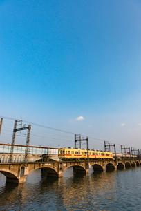 名島川橋梁を渡る西鉄貝塚線の写真素材 [FYI03224264]