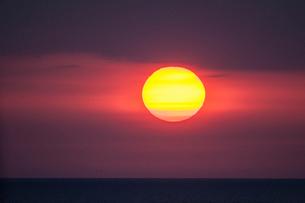 東シナ海に沈む夕日の写真素材 [FYI03224271]