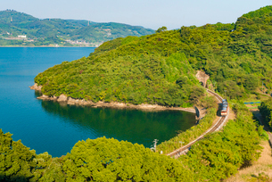 JR九州長崎本線と大村湾の写真素材 [FYI03224285]