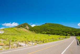 えびの高原より韓国岳を望むの写真素材 [FYI03224298]