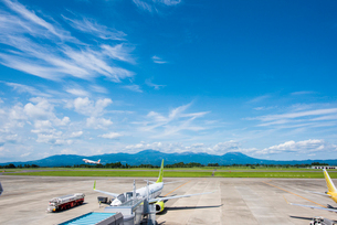 鹿児島空港より霧島連山を望むの写真素材 [FYI03224318]
