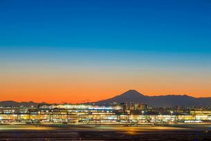 羽田空港国際線ターミナルと富士山1の写真素材 [FYI03224355]