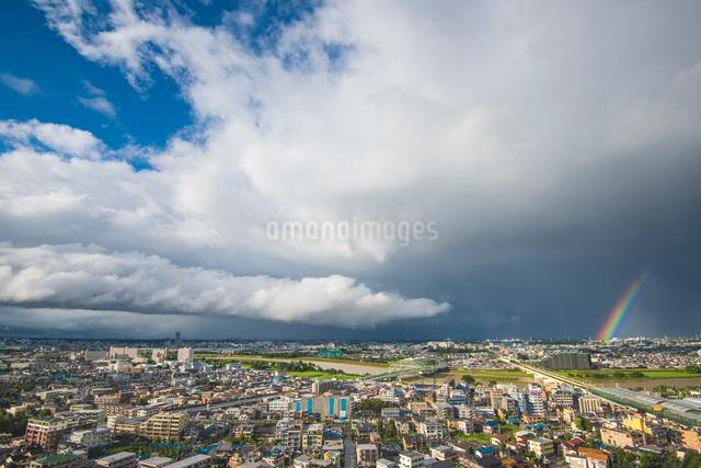 青空と雨雲と虹の写真素材 [FYI03224361]