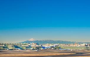 羽田空港国際線ターミナルと富士山4の写真素材 [FYI03224362]