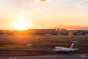 羽田空港国際線ターミナルと富士山5の写真素材 [FYI03224366]