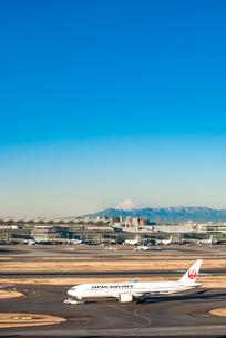 羽田空港国際線ターミナルと富士山3の写真素材 [FYI03224368]