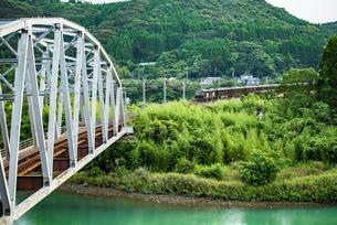 耳川鉄橋を渡るクルーズトレインななつ星の写真素材 [FYI03224371]