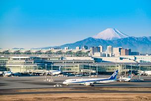羽田空港国際線ターミナルと富士山2の写真素材 [FYI03224375]