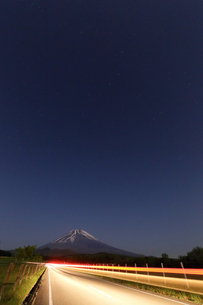 夜の富士山と一条の光跡の写真素材 [FYI03224396]