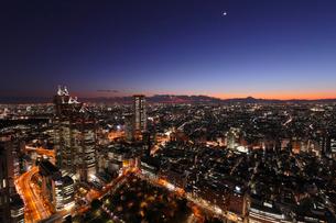 東京都庁展望室より望むトワイライトの街の写真素材 [FYI03224398]
