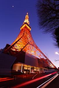 黄昏の東京タワーの写真素材 [FYI03224401]