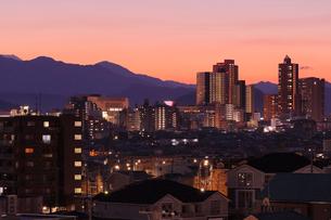 暮れゆく橋本駅周辺の街の写真素材 [FYI03224402]