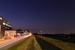 多摩川河川敷より望むトワイライトの空の写真素材 [FYI03224403]