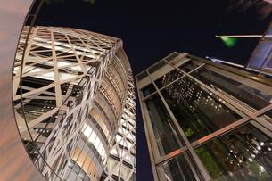 夜のコクーンタワーを見上げるの写真素材 [FYI03224424]