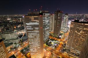 東京都庁より望む新宿界隈の街夜景の写真素材 [FYI03224429]