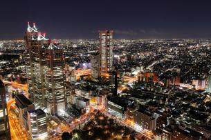 東京都庁より望む新宿界隈の街夜景の写真素材 [FYI03224430]