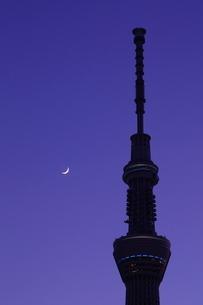 マジックアワーの東京スカイツリーと三日月の写真素材 [FYI03224438]