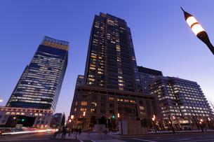 夕暮れ迫る東京駅丸の内駅前の写真素材 [FYI03224442]