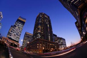 夕暮れ迫る東京駅丸の内駅前の写真素材 [FYI03224446]