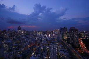 黄昏の新橋界隈の写真素材 [FYI03224455]