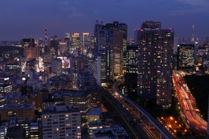 黄昏の新橋界隈の写真素材 [FYI03224457]