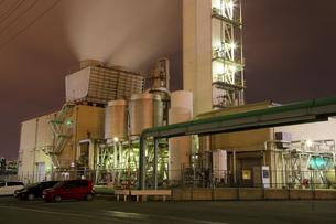 川崎区浮島町の工場夜景の写真素材 [FYI03224468]