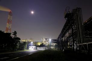 月夜に輝く鹿嶋工場地帯の写真素材 [FYI03224473]