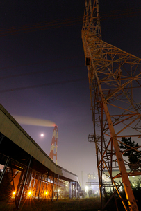 夜の鹿嶋 煙突と鉄塔を望むの写真素材 [FYI03224475]