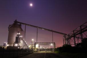 月夜に輝く工場のプラント群の写真素材 [FYI03224476]