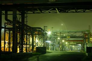 夜の鹿嶋 奥へと続くパイプラインの写真素材 [FYI03224477]
