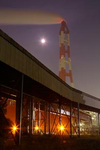 夜の鹿嶋 煙突と鉄塔を望むの写真素材 [FYI03224478]