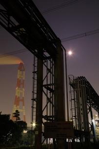 夜のパイプラインと煙突を望むの写真素材 [FYI03224480]