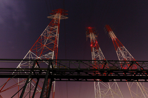 夜の鉄塔を見上げるの写真素材 [FYI03224483]