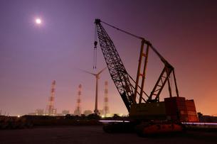 夜の港 巨大なクレーンを見上げるの写真素材 [FYI03224484]