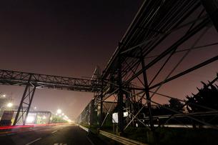 夜の鹿嶋工場地帯 奥へと続くパイプラインの写真素材 [FYI03224485]