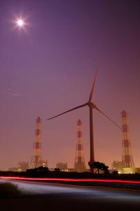 夜の風力発電装置と鹿嶋の工場を望むの写真素材 [FYI03224486]