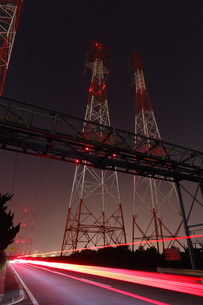 夜の鉄塔とテールライトの光跡の写真素材 [FYI03224487]